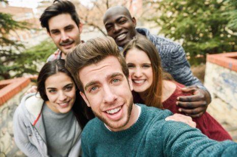 gruppo-di-amici-felici-di-scattare-una-foto_1139-267